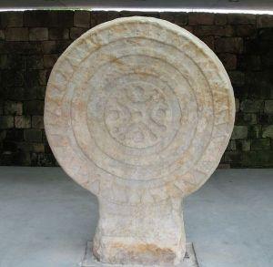 Estela de Barros, una de las inspiraciones del Lábaro y del actual escudo de Cantabria, labrada en arenisca en torno al siglo III a.C y de estilo celta.