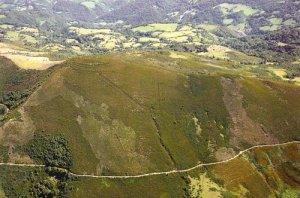 Vista aérea del lugar donde se encuentran los restos del campamento romano de Monte Curriechos.
