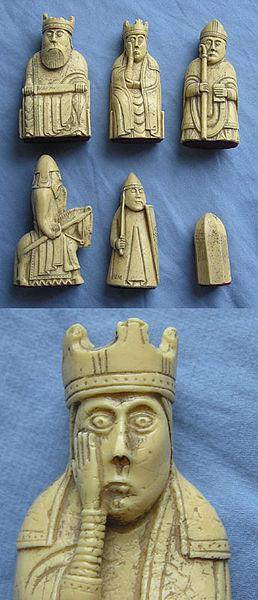 Ajedrez de Lewis arriba: rey, dama, alfil medio: caballo, torre, peón abajo: detalle de dama (réplica).