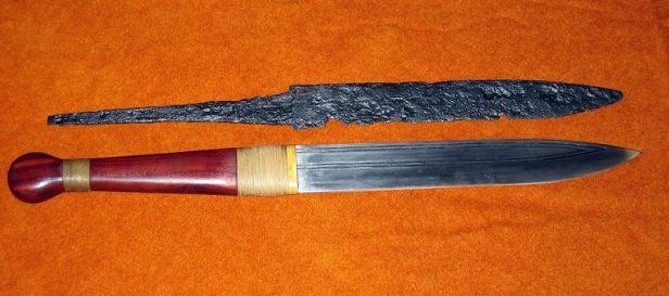 800px-Seax_with_replica