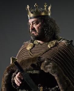 Aelle de Northumbria en la serie, interpretado por Ivan Kaye.