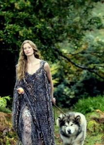 Aslaug en la serie Vikings. Interpretada por Alyssa Sutherland.