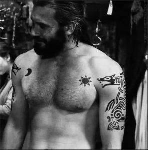 Los tatuajes del personaje de Rollo en la serie Vikings representan dos lobos, el sol y la luna, símbolos de la mitología nórdica.