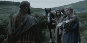 Siggy, Rollo y Aslaug buscando dónde resguardarse.