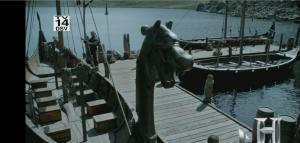 Barcos en el embarcadero - Se pueden observar las cabezas de dragó como mascarón y los arcones de los remeros.