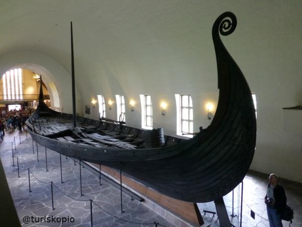 Barco funerario de Oseberg, hallado en la región de de Tønsberg (Vestfold, Noruega) a principios del siglo XX . Se encuentra visitable en el Museo de barcos vikingos de Oslo.