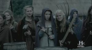Mujeres preparadas para defenderse, con armas rudimentarias de granja.