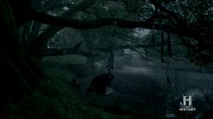 Ragnar dejando a Ivar en el bosque, practicando el infanticidio.