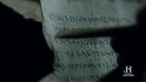 Athelstan transcribiendo documentos romanos.