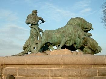 Estatua de Gefjun en su arado tirado por sus cuatro hijos en Copenhague.
