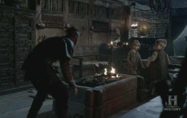 Ragnar jugando junto a sus tres hijos; Ubba, Sigurd y Hvitserk.