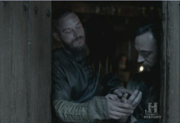 Ragnar mirándole las marcas de la crucifixión a Athelstan.