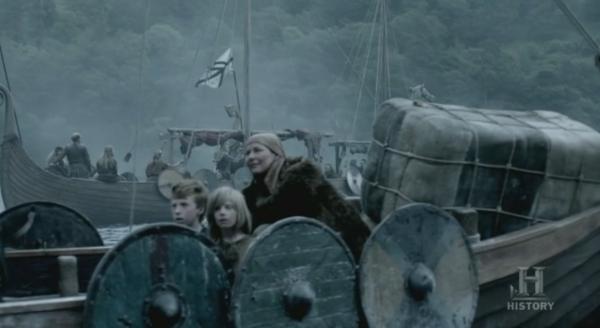 Mujeres, niños y enseres a bordo de los barcos.