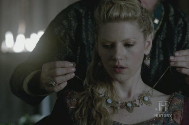 Lagertha y su collar.