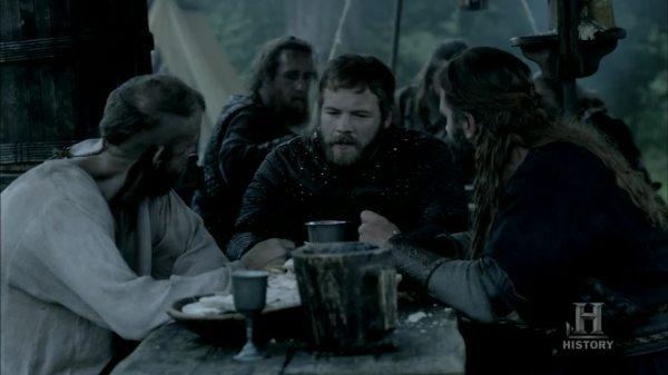 Ethelwulfo intentando hacerse amigo de Floki y Rollo.