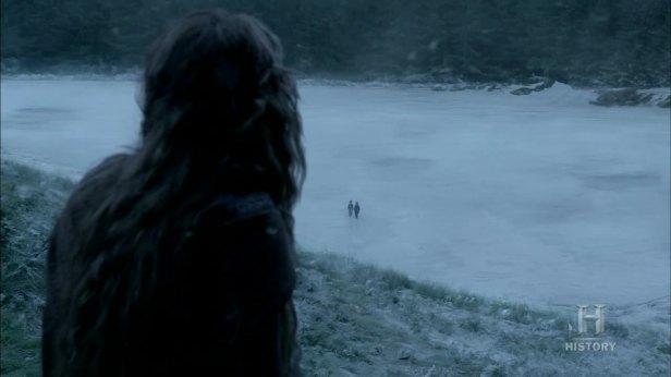 Siggy ve a los niños en el lago helado.