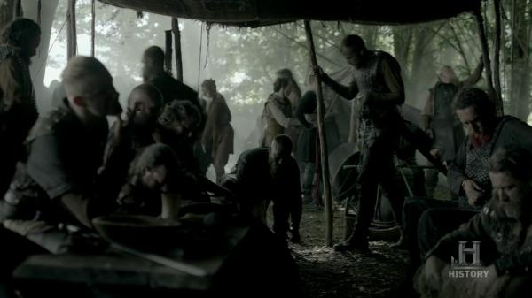 Floki y Ragnar hablando mientras el resto se preparan.