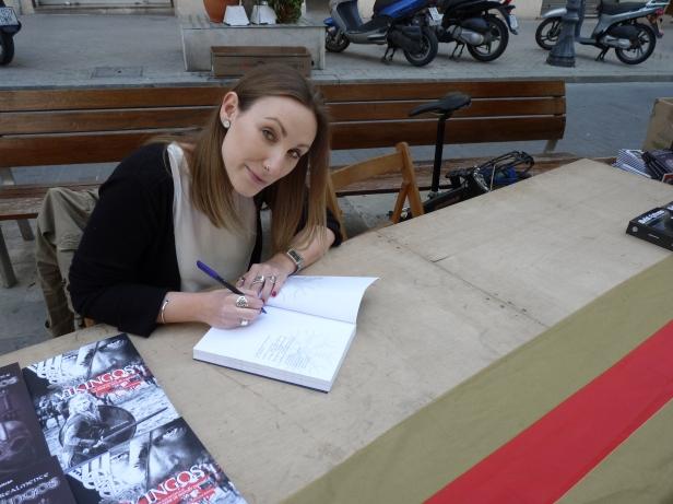 En Avenida Gaudí, primera parada de las firmas.