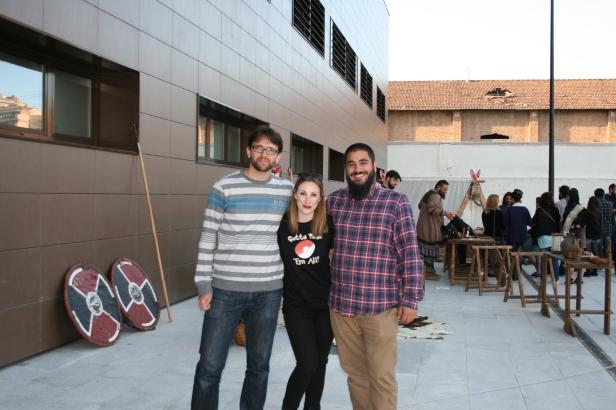De izquierda a derecha; Ignacio (uno de los creadores de Walhalla), servidora y Alberto Robles, organizador de las Jornadas y miembro de Historia 2.0.